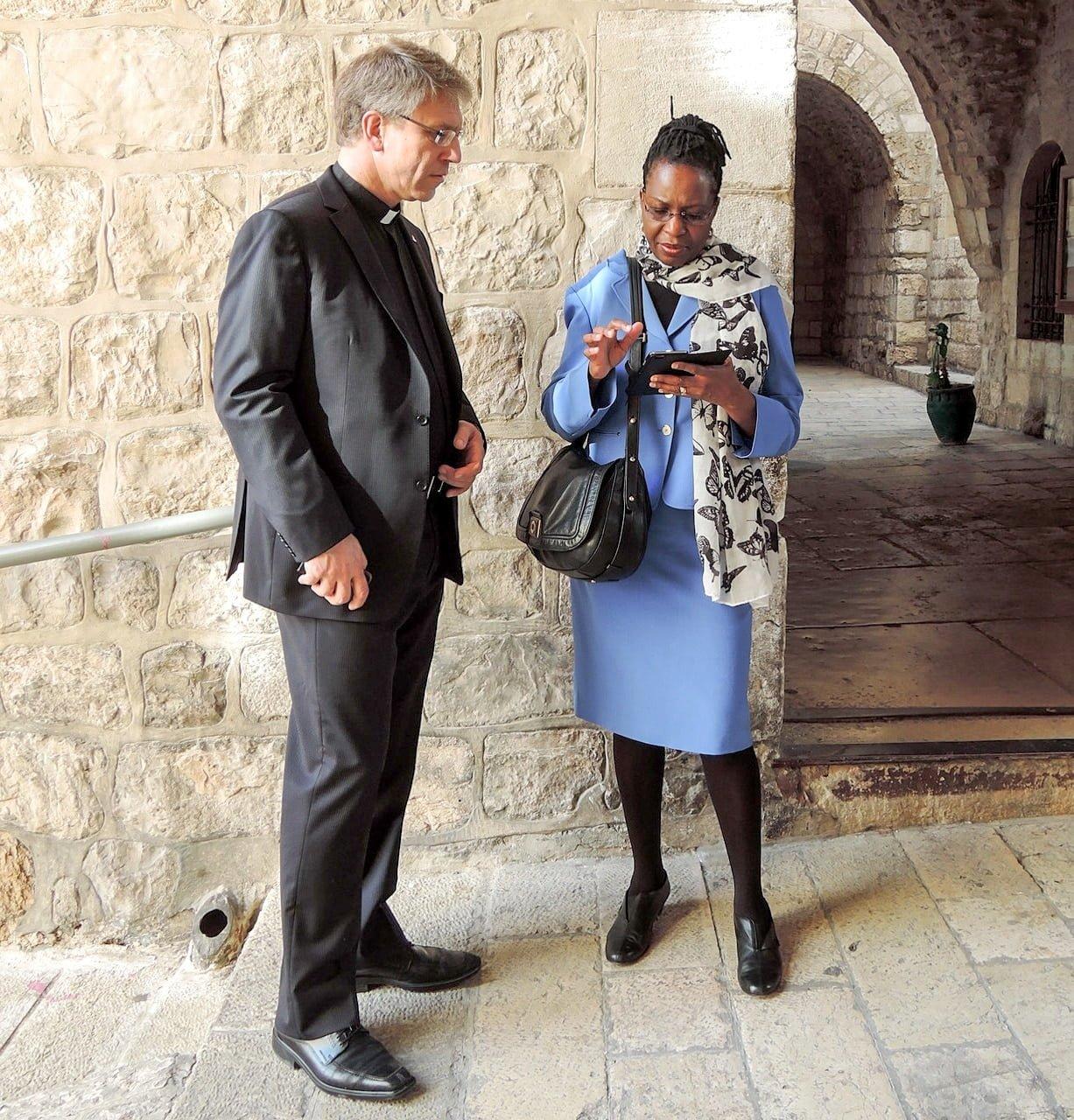 Bildtext: Isabel Apawo Phiri (till höger) med Olav Fykse Tveit i Det heliga landet, 2015. Foto: Marianne Ejdersten/WCC
