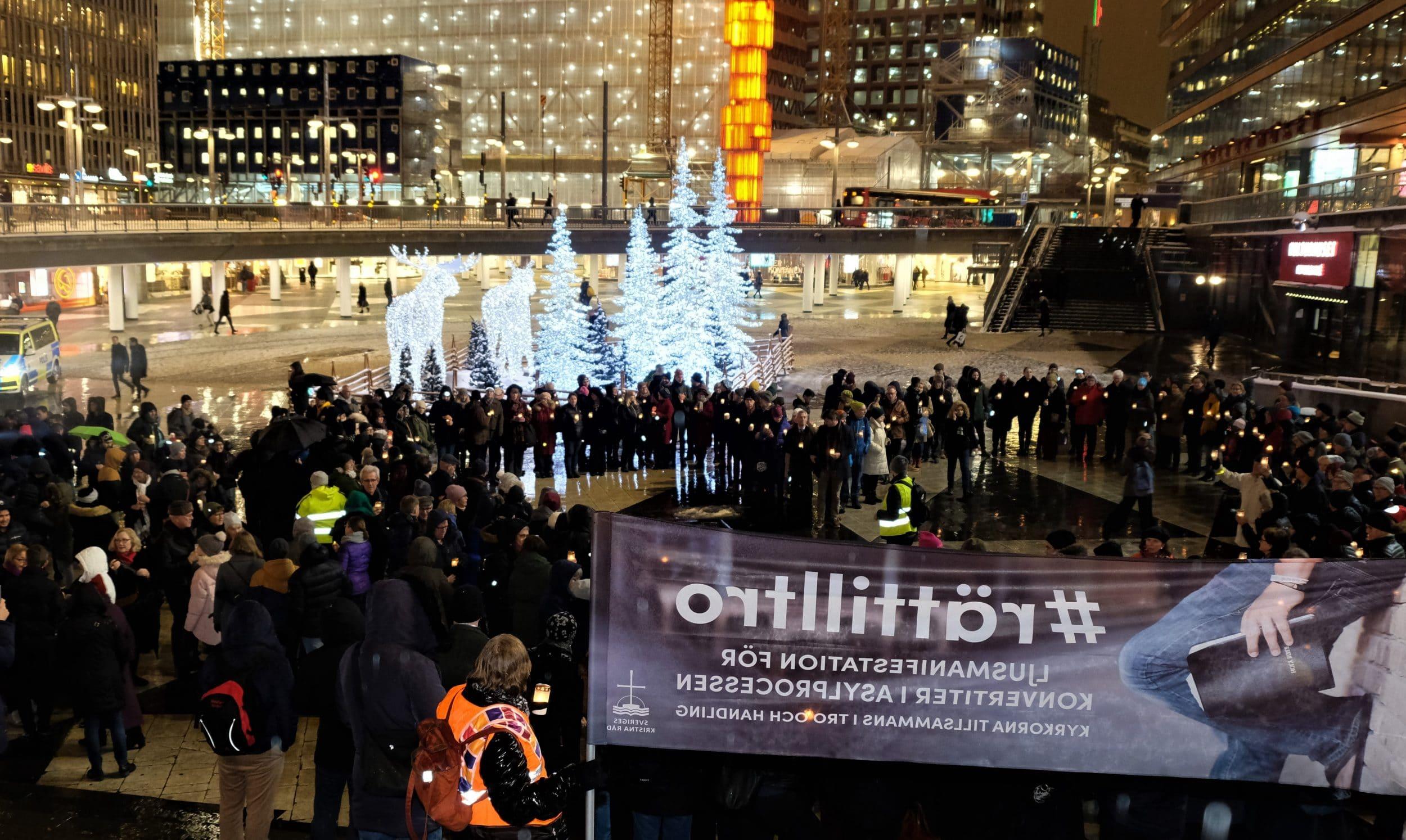 Svensk kristenhet slöt upp för konvertiter med ljusmanifestation på Sergels torg