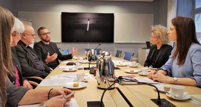Kyrkoledare i samtal med Åsa Lindhagen om unga och tro